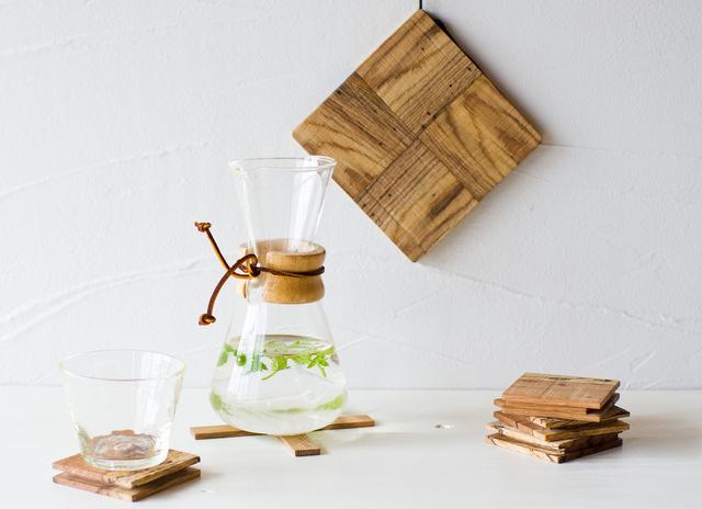 虫喰い材の鍋敷きイメージ